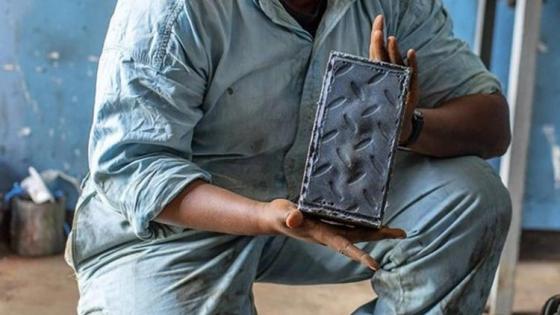 La ingeniera keniata que fabrica ladrillos de plástico reciclado más baratos y más resistentes