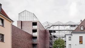Edificio de oficinas con invernadero en la azotea