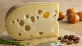 ¿Por qué el queso suizo tiene agujeros?