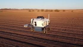 Robot autónomo elimina 100.000 malezas por hora