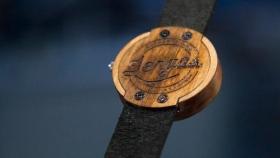 Hacen relojes de madera de lenga caída y plantan un árbol cada vez que venden un producto