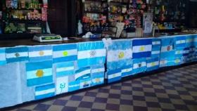 El tradicional almacén de campo Lasarte Hermanos se cubrió de banderas argentinas